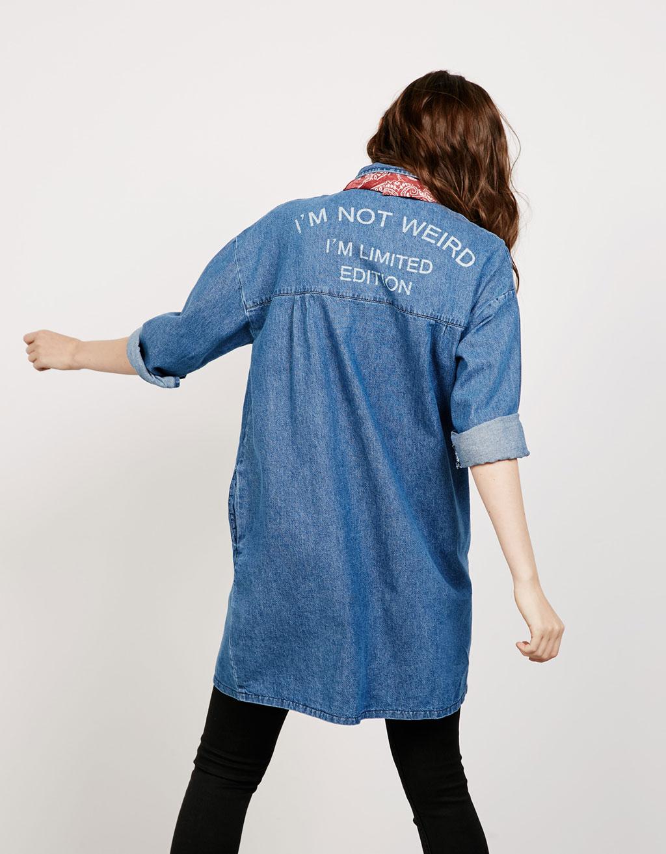 Длинная джинсовая куртка с надписью на спине Bershka, 3 999р.